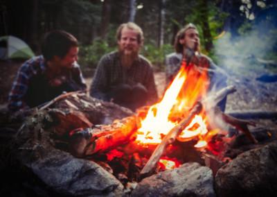 Lagerfeuer mit Freunden